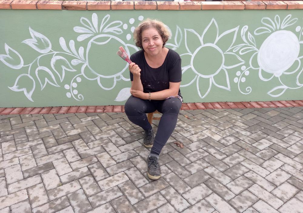 Sandra R. C. Bugmann, iniciando a pintura do muro em Bauernmalerei na Vila Itoupava Foto: Maurilio C. Bugmann