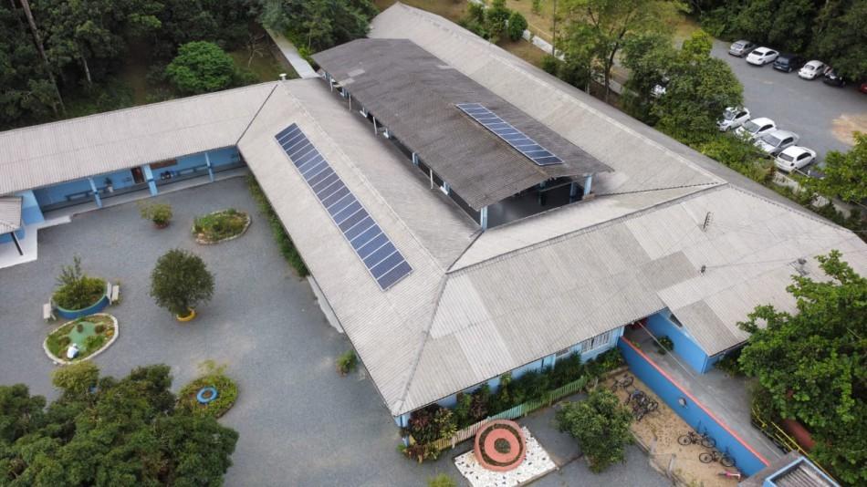 Placas de energia fotovoltaica doadas pela Energie Agentur são instaladas em três escolas de Blumenau