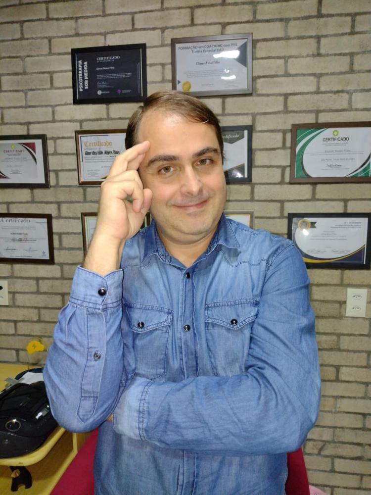 O Professor Elimar Russi Filho, tem formação em PNL – Programação Neurolinguística, Hipnose, Hipnoterapia, especialização em Psicoterapia e para melhor aplicar essas técnicas buscou aprimoramento se especializando em Coaching.