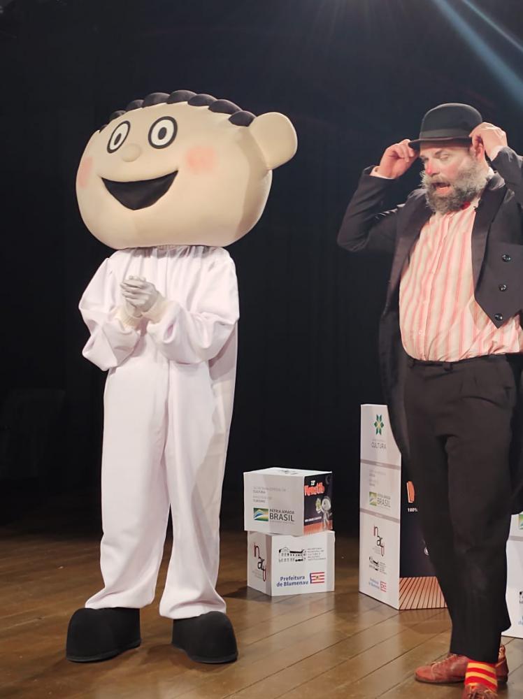 Tib, mascote do Festival e o ator James Beck