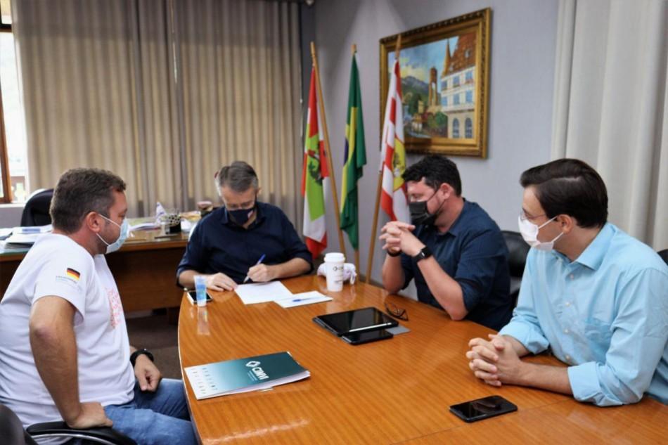 Prefeitura recebe doação de equipamentos fotovoltaicos da Energie Agentur Blumenau